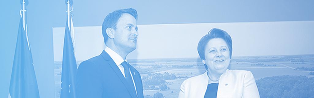 La Première ministre lettone Laimdota Straujuma avec le premier ministre de Luxembourg Xavier Bettel qui est également ministre des médias. En passant la présidence au Luxembourg, ça sera maintenant à Better pour naviguer l'accord dans le bon sens