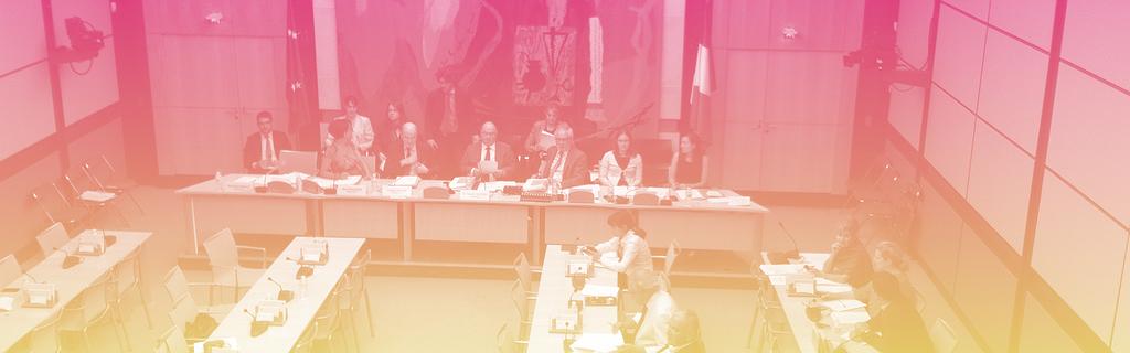 La salle de la commission des Affaires économiques, reconnaissable grâce au tableau de fond